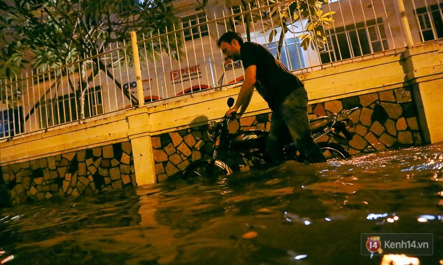 """Khu nhà giàu ở Sài Gòn """"tê liệt"""" vì triều cường đạt đỉnh, dân đi ô tô phải chui cửa sổ ra ngoài vì nước ngập tới ca pô 8"""