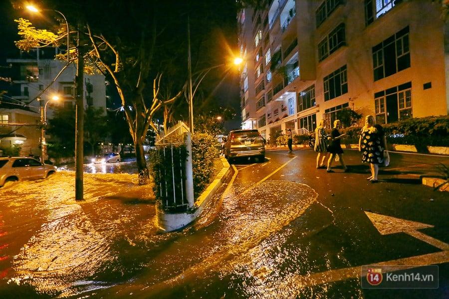"""Khu nhà giàu ở Sài Gòn """"tê liệt"""" vì triều cường đạt đỉnh, dân đi ô tô phải chui cửa sổ ra ngoài vì nước ngập tới ca pô 9"""