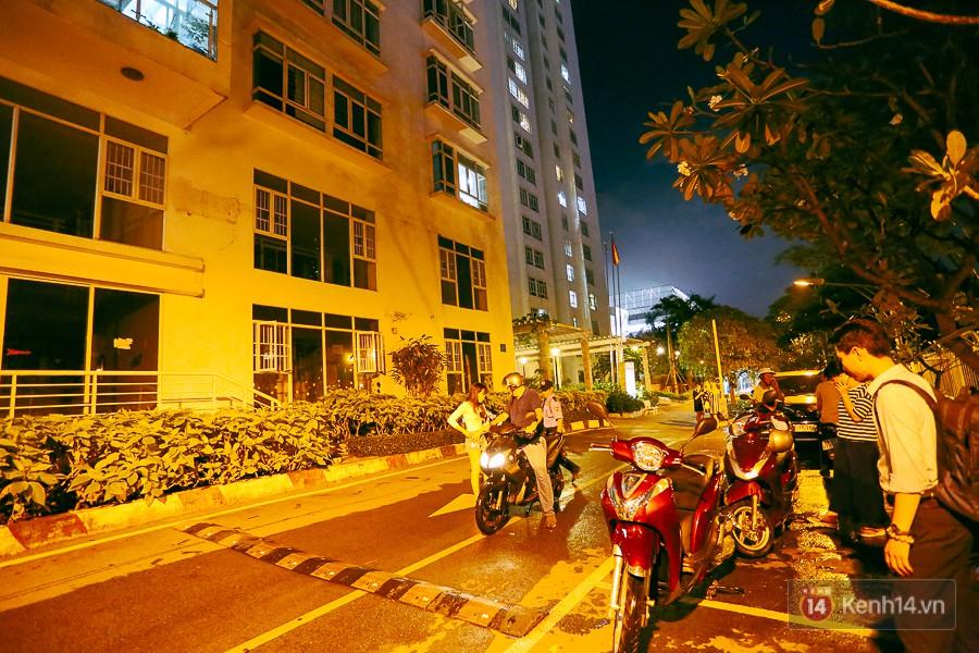 """Khu nhà giàu ở Sài Gòn """"tê liệt"""" vì triều cường đạt đỉnh, dân đi ô tô phải chui cửa sổ ra ngoài vì nước ngập tới ca pô 16"""