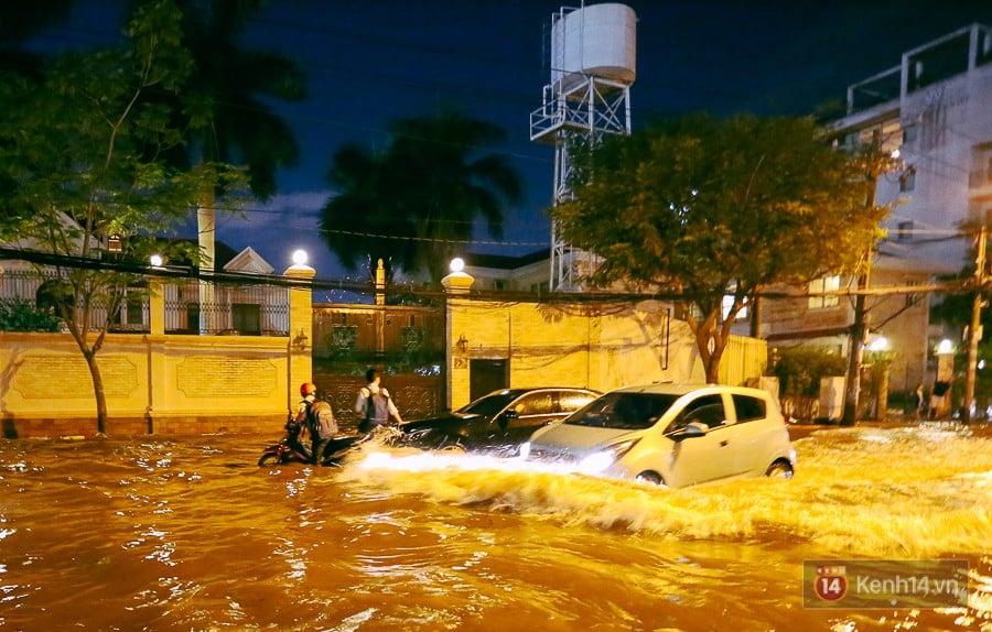 """Khu nhà giàu ở Sài Gòn """"tê liệt"""" vì triều cường đạt đỉnh, dân đi ô tô phải chui cửa sổ ra ngoài vì nước ngập tới ca pô 11"""