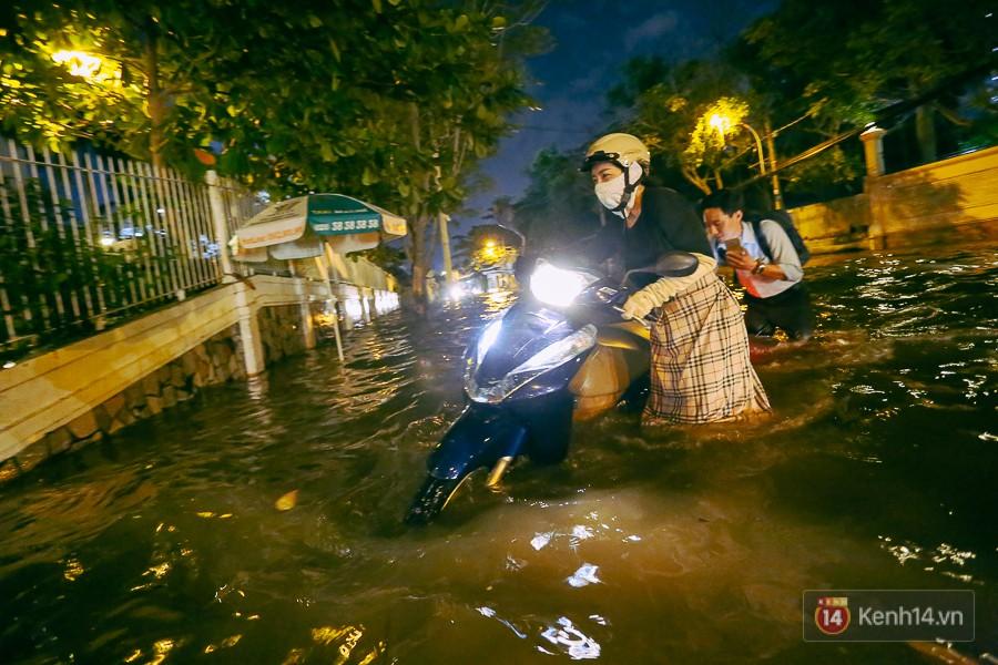 """Khu nhà giàu ở Sài Gòn """"tê liệt"""" vì triều cường đạt đỉnh, dân đi ô tô phải chui cửa sổ ra ngoài vì nước ngập tới ca pô - Ảnh 9."""