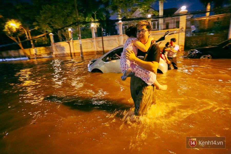 """Khu nhà giàu ở Sài Gòn """"tê liệt"""" vì triều cường đạt đỉnh, dân đi ô tô phải chui cửa sổ ra ngoài vì nước ngập tới ca pô 13"""