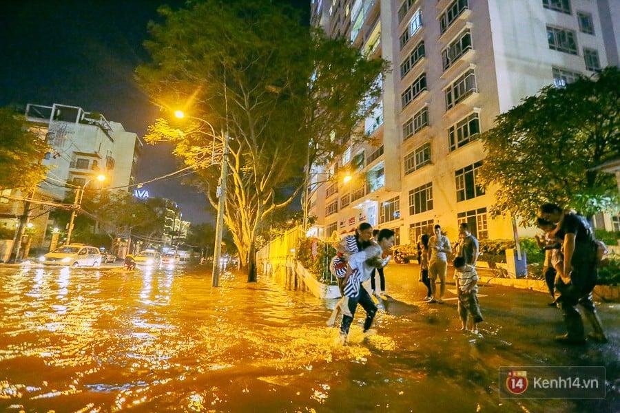 """Khu nhà giàu ở Sài Gòn """"tê liệt"""" vì triều cường đạt đỉnh, dân đi ô tô phải chui cửa sổ ra ngoài vì nước ngập tới ca pô 14"""