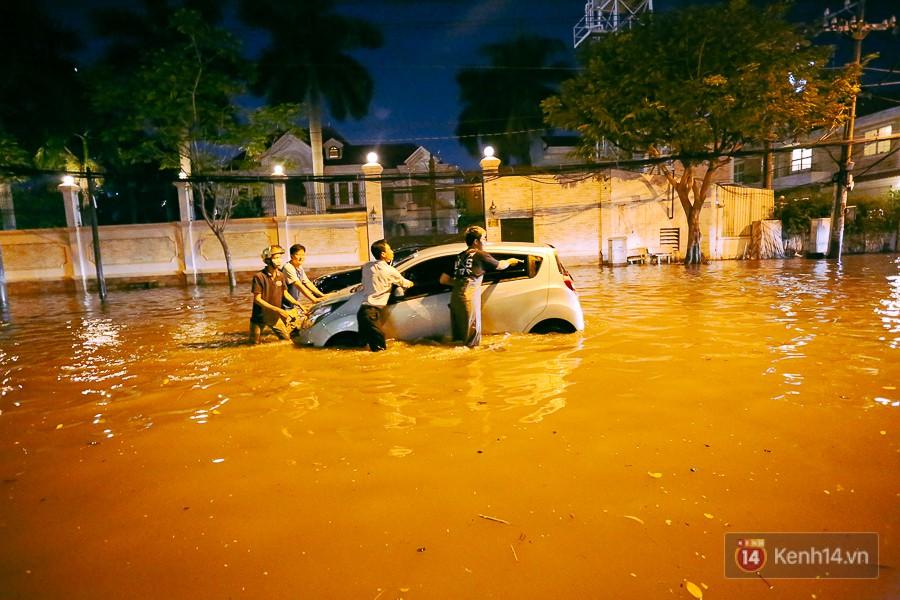 """Khu nhà giàu ở Sài Gòn """"tê liệt"""" vì triều cường đạt đỉnh, dân đi ô tô phải chui cửa sổ ra ngoài vì nước ngập tới ca pô 15"""