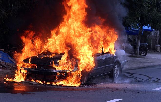 Hình ảnh Ôtô 4 chỗ đang lưu thông bỗng cháy ngùn ngụt trên đường phố số 1