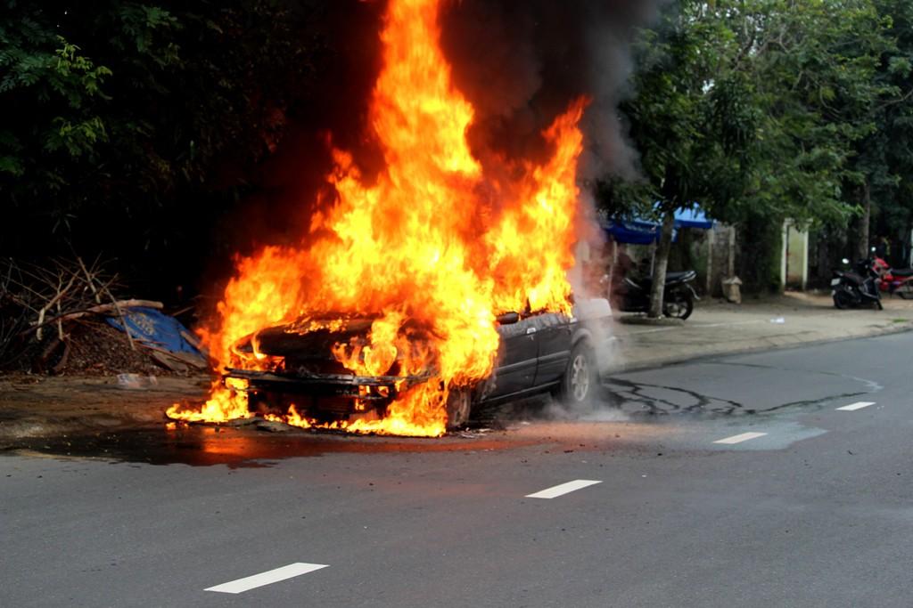 Ôtô 4 chỗ đang lưu thông bỗng cháy ngùn ngụt trên đường phố  3