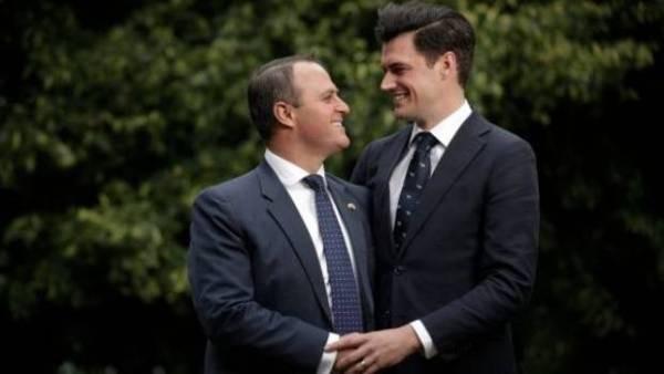 Hình ảnh Màn cầu hôn ngọt ngào của Hạ nghị sĩ với bạn trai đồng giới số 3