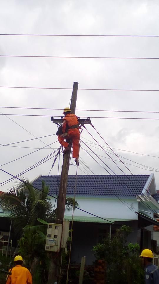 Đồng nghiệp quên chưa cắt điện, một thợ điện bị giật bất tỉnh ngay trên đường dây 2