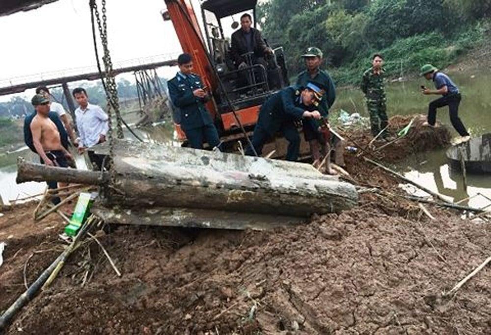 Hà Nội: Trục vớt quả tên lửa của Mỹ còn nguyên ngòi nổ 1