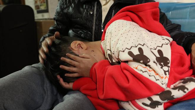 Bố đẻ, mẹ kế bạo hành bé trai 10 tuổi có thể bị xử lý như thế nào? 1