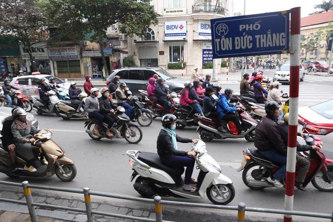 Cận cảnh barie ngăn dòng xe máy tràn lên vỉa hè ở một số tuyến phố Hà Nội 3