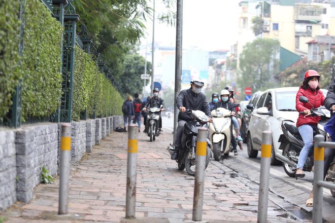 Cận cảnh barie ngăn dòng xe máy tràn lên vỉa hè ở một số tuyến phố Hà Nội 8