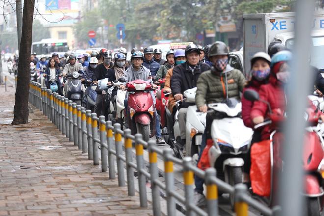 Cận cảnh barie ngăn dòng xe máy tràn lên vỉa hè ở một số tuyến phố Hà Nội 4