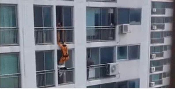 Nữ sinh ngồi trên lan can định tự tử bị lính cứu hỏa đạp thẳng vào mặt 1