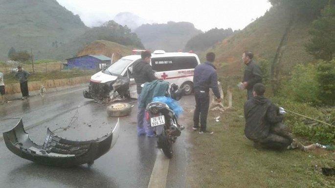 Xe cứu thương tự đâm vào lan can, nát bét đầu, 3 người bị thương nặng 1