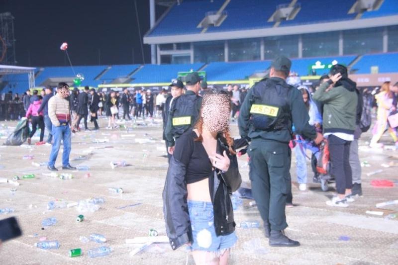 Hình ảnh Sốc với cảnh giới trẻ mặc nội y đi xem ca nhạc tại sân vận động Mỹ Đình số 7
