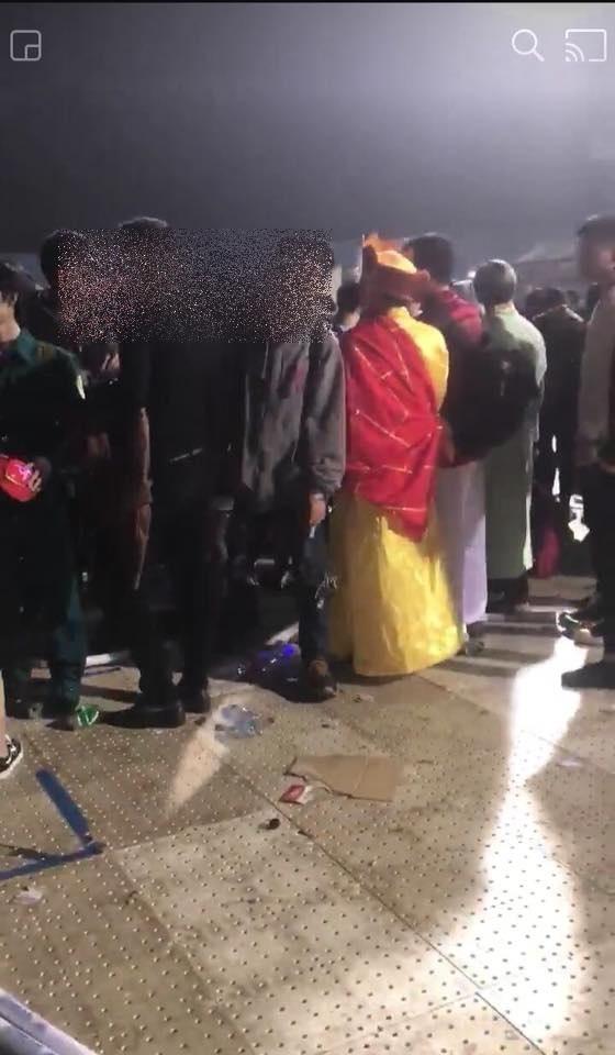 Hình ảnh Sốc với cảnh giới trẻ mặc nội y đi xem ca nhạc tại sân vận động Mỹ Đình số 6