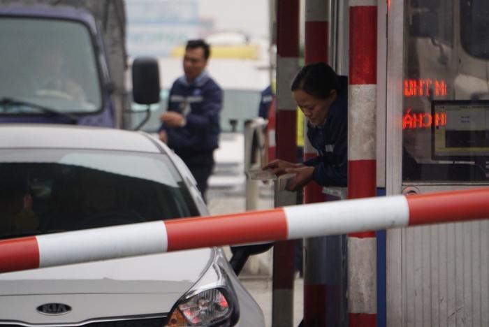 Lại xuất hiện tình trạng tài xế dùng tiền lẻ mua vé qua trạm thu phí QL 5 1