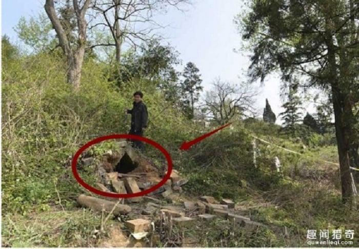 Phát hiện cái hang gần ngôi mộ, khi đào sâu vào trong người đàn ông ngay lập tức báo cảnh sát 1