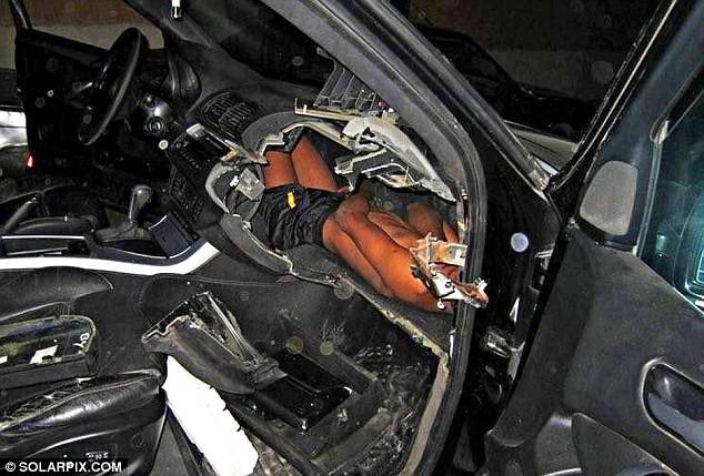 Bé trai bị kẻ buôn người nhồi nhét trong bảng điều khiển xe hơi khiến cả thế giới phẫn nộ 1