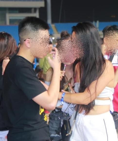 Hình ảnh Sốc với cảnh giới trẻ mặc nội y đi xem ca nhạc tại sân vận động Mỹ Đình số 2