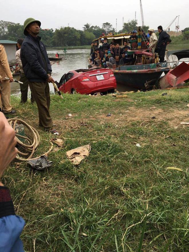 Trục vớt ô tô dưới sông lên, phát hiện bên trong có người tử vong 2