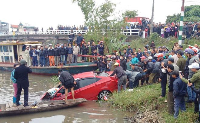 Trục vớt ô tô dưới sông lên, phát hiện bên trong có người tử vong 1