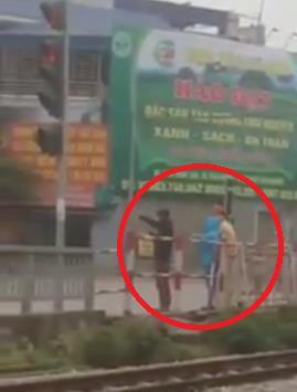 2 thanh niên bị CSGT phạt đứng điều hành giao thông vì vượt đèn đỏ 1