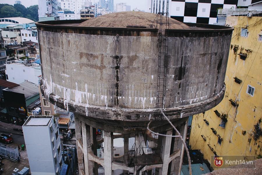 Cận cảnh phá dỡ thuỷ đài khổng lồ bỏ hoang ngay trung tâm Sài Gòn, búa tạ đập 4 lần liên tiếp mới vỡ 3