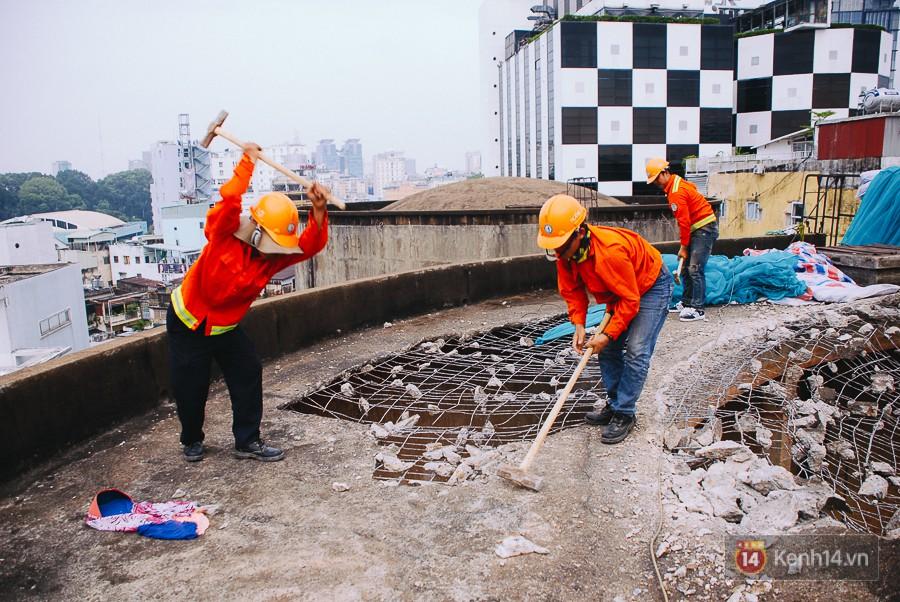 Cận cảnh phá dỡ thuỷ đài khổng lồ bỏ hoang ngay trung tâm Sài Gòn, búa tạ đập 4 lần liên tiếp mới vỡ 14