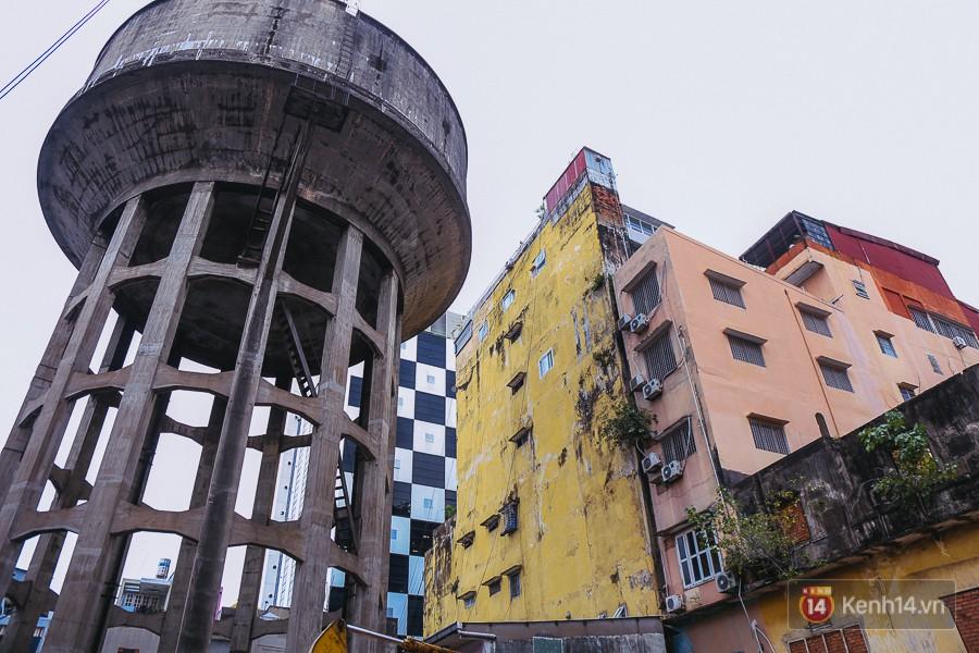 Cận cảnh phá dỡ thuỷ đài khổng lồ bỏ hoang ngay trung tâm Sài Gòn, búa tạ đập 4 lần liên tiếp mới vỡ 2