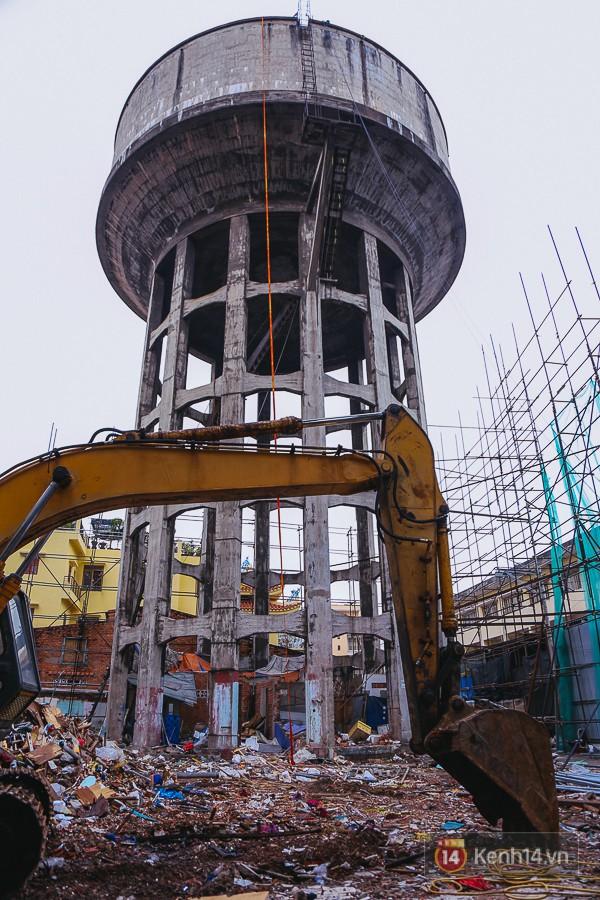 Cận cảnh phá dỡ thuỷ đài khổng lồ bỏ hoang ngay trung tâm Sài Gòn, búa tạ đập 4 lần liên tiếp mới vỡ 21