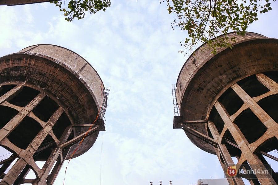Cận cảnh phá dỡ thuỷ đài khổng lồ bỏ hoang ngay trung tâm Sài Gòn, búa tạ đập 4 lần liên tiếp mới vỡ 1