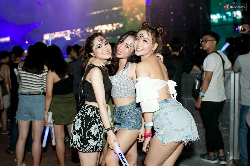 Đi rave show Armin và đây là những cô nàng nóng bỏng nhất! - Ảnh 1.