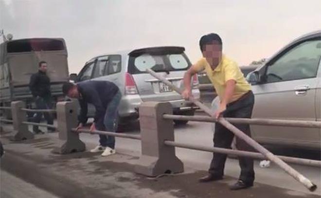 Hà Nội: Truy tìm hàng loạt tài xế chạy trốn CSGT bằng việc tháo dải phân cách cầu Thanh Trì 1