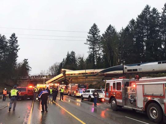 Mỹ: Tàu hỏa trật bánh lao xuống đường cao tốc, hàng chục người thương vong 4