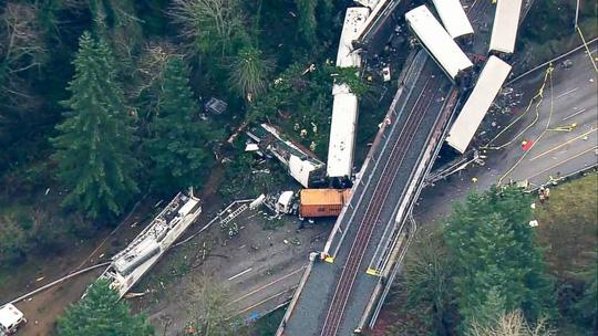 Mỹ: Tàu hỏa trật bánh lao xuống đường cao tốc, hàng chục người thương vong 2