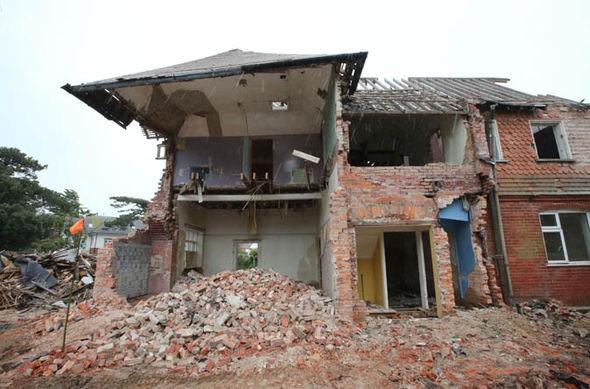 """Nhận lệnh phá dỡ ngôi nhà cũ, người đàn ông không ngờ """"trúng độc đắc"""" khi phát hiện bí mật sau bức tường gạch 1"""