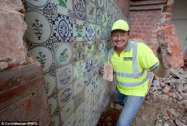 """Nhận lệnh phá dỡ ngôi nhà cũ, người đàn ông không ngờ """"trúng độc đắc"""" khi phát hiện bí mật sau bức tường gạch 5"""