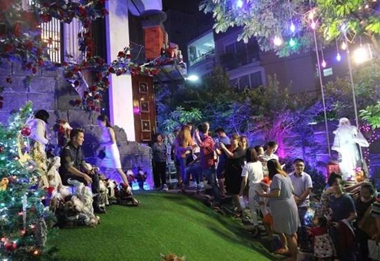 Người dân nô nức chen lấn vào biệt thự 60 tỷ của Đàm Vĩnh Hưng chụp ảnh Giáng sinh 2