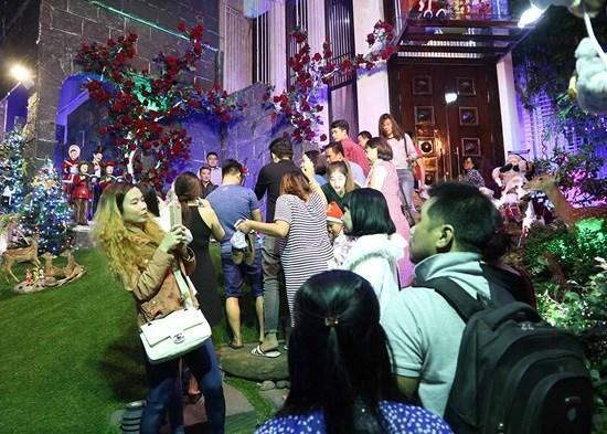 Người dân nô nức chen lấn vào biệt thự 60 tỷ của Đàm Vĩnh Hưng chụp ảnh Giáng sinh 3