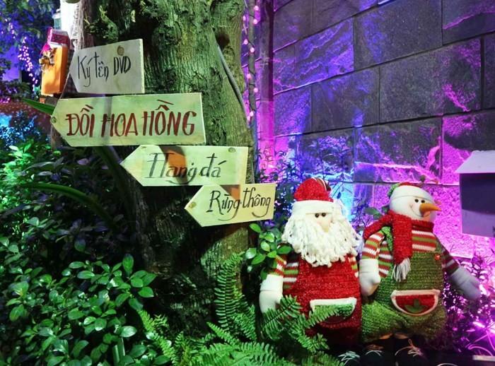 Người dân nô nức chen lấn vào biệt thự 60 tỷ của Đàm Vĩnh Hưng chụp ảnh Giáng sinh 5