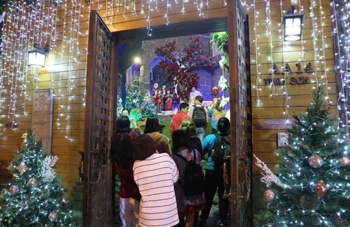 Người dân nô nức chen lấn vào biệt thự 60 tỷ của Đàm Vĩnh Hưng chụp ảnh Giáng sinh 6