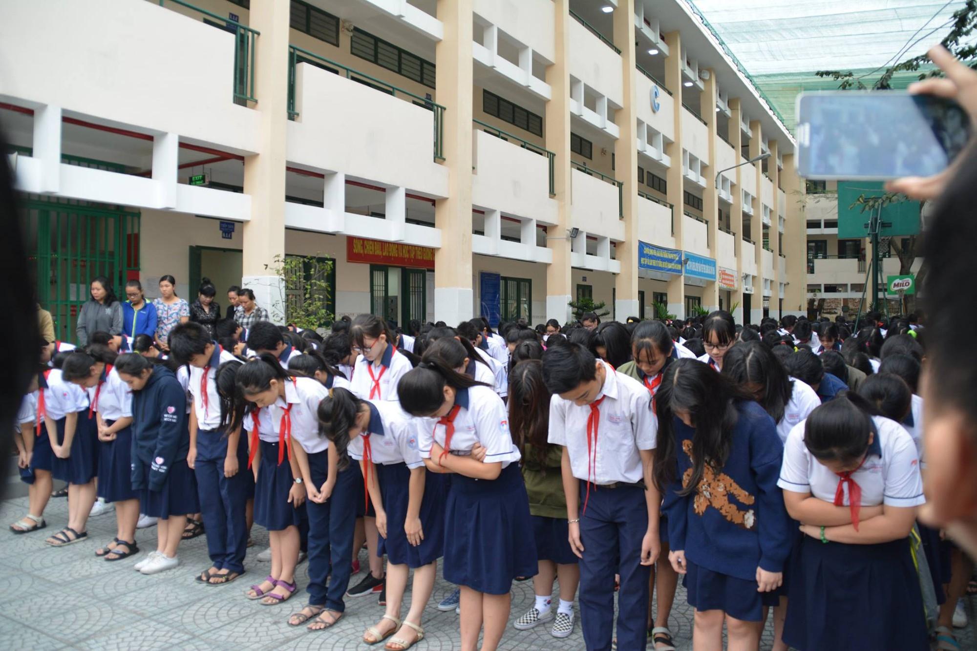 Hình ảnh xúc động: Hàng nghìn HS trường Trần Phú TP.HCM cuối đầu vĩnh biệt thầy hiệu trưởng đột ngột qua đời - Ảnh 3.