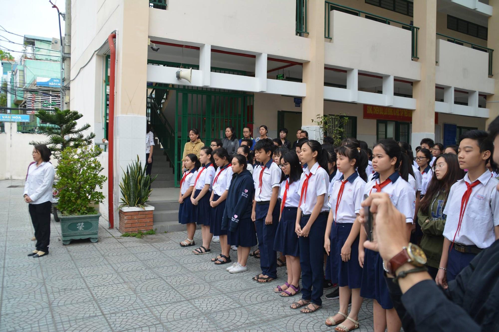 Hình ảnh xúc động: Hàng nghìn HS trường Trần Phú TP.HCM cuối đầu vĩnh biệt thầy hiệu trưởng đột ngột qua đời - Ảnh 4.