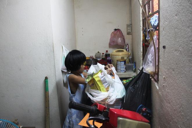 Bố bỏ đi theo vợ nhỏ, bé gái 7 tuổi nghỉ học ở nhà lấy sữa lon pha loãng cho em 2 tháng uống vì không có tiền 4
