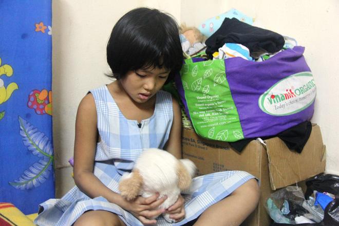 Bố bỏ đi theo vợ nhỏ, bé gái 7 tuổi nghỉ học ở nhà lấy sữa lon pha loãng cho em 2 tháng uống vì không có tiền 12