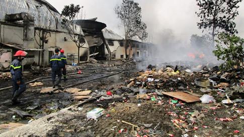 Cháy lớn tại nhà máy bánh kẹo Tràng An, 3 công nhân bị mắc kẹt 1
