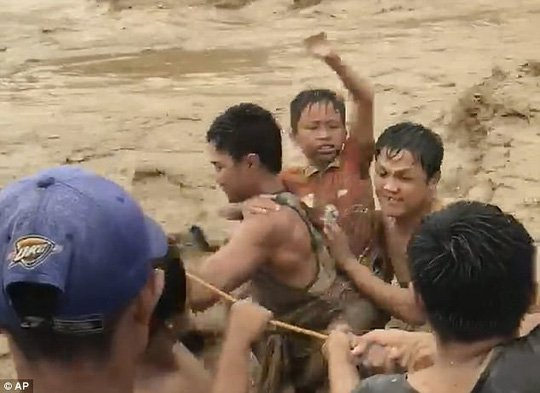 Cột thuyền chống bão Tembin, người đàn ông bị cá sấu ăn thịt 1