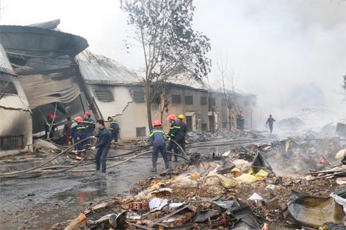 Vụ cháy nhà máy bánh kẹo Tràng An: Tìm thấy 2 thi thể, vẫn còn nạn nhân mất tích 2